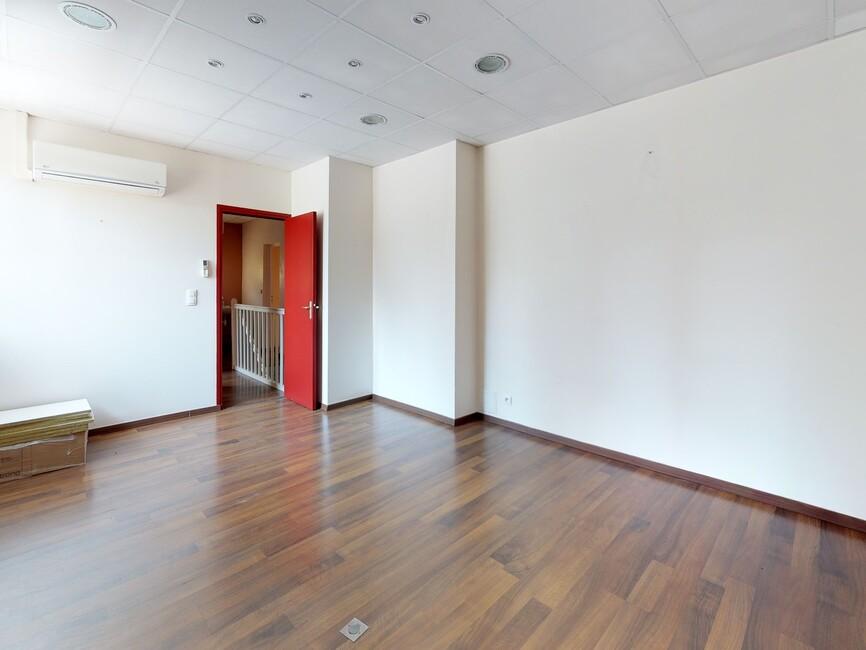 vente local commercial 15 pi ces issoire 63500 378663. Black Bedroom Furniture Sets. Home Design Ideas
